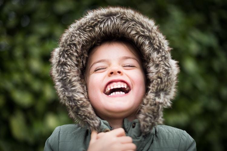 歯を見せて笑う