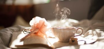 ベッドと温かい紅茶